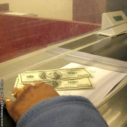 Aumentan pedidos de retiros de dólares por parte de ahorristas