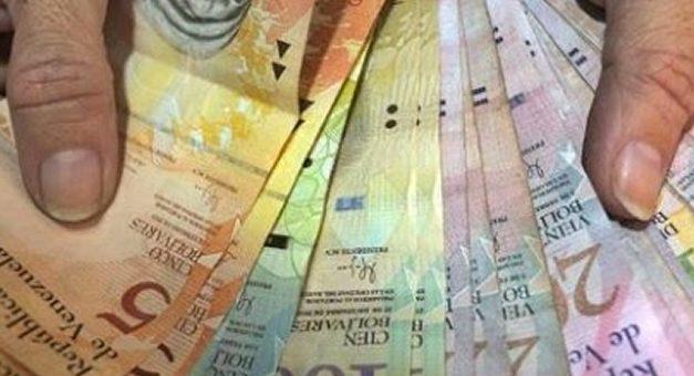 Ante virtual corralito, en Venezuela se paga hasta un 30% por el dinero en efectivo