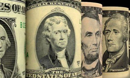 La compra de dólares en enero fue casi la mitad que hace un año atrás